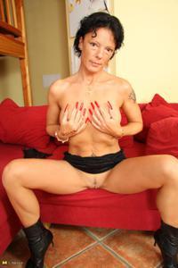 Зрелая брюнетка с изящной фигурой толкает пальчики в тугую вагину - фото #31