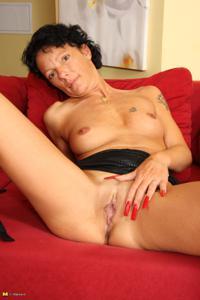 Зрелая брюнетка с изящной фигурой толкает пальчики в тугую вагину - фото #33