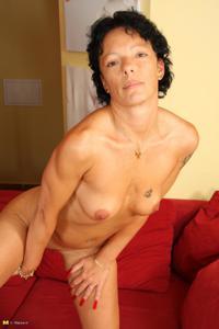 Зрелая брюнетка с изящной фигурой толкает пальчики в тугую вагину - фото #48