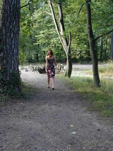 Лесная фея показала свою обнаженную грудь и влажную киску на лоне природы - фото #12