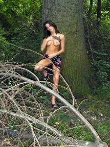 Лесная фея показала свою обнаженную грудь и влажную киску на лоне природы - фото #15