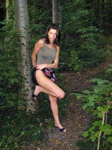Лесная фея показала свою обнаженную грудь и влажную киску на лоне природы - фото #16
