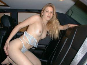 Блондинка показала в машине сочные дырочки, готовые к сексу - фото #4