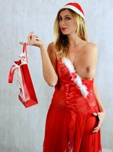 Взрослая итальянка светит голым телом рядом с елкой - фото #1