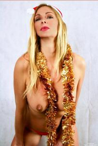 Взрослая итальянка светит голым телом рядом с елкой - фото #3