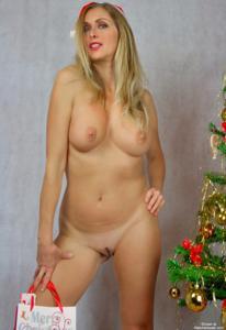 Взрослая итальянка светит голым телом рядом с елкой