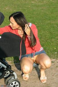 Шаловливая брюнетка вздрочнула киску дилдо и отправилась в парк, где показала голое тело - фото #28