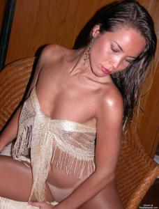 Загорелая телка сексуально позирует в квартире друга - фото #14