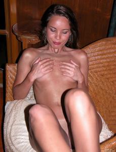 Загорелая телка сексуально позирует в квартире друга - фото #17