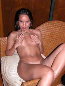 Загорелая телка сексуально позирует в квартире друга - фото #18