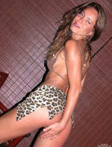 Загорелая телка сексуально позирует в квартире друга - фото #4