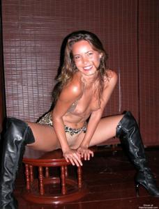 Загорелая телка сексуально позирует в квартире друга - фото #6