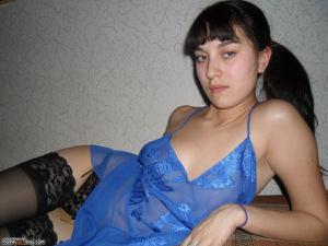 Брюнетка с упругими титьками вафлит пенис и трахается - фото #1