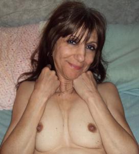 Зрелая худышка светит вагиной и небольшими титьками - фото #1