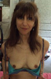 Зрелая худышка светит вагиной и небольшими титьками - фото #10
