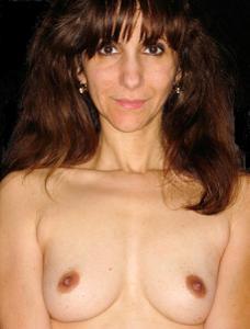 Зрелая худышка светит вагиной и небольшими титьками - фото #11