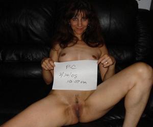 Зрелая худышка светит вагиной и небольшими титьками - фото #12