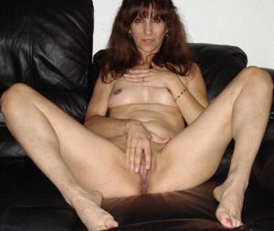 Зрелая худышка светит вагиной и небольшими титьками - фото #13