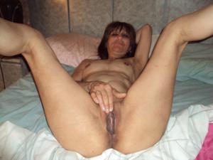 Зрелая худышка светит вагиной и небольшими титьками - фото #15