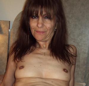 Зрелая худышка светит вагиной и небольшими титьками - фото #16