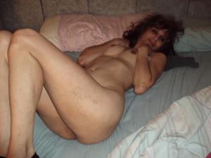 Зрелая худышка светит вагиной и небольшими титьками - фото #17