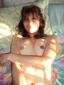 Зрелая худышка светит вагиной и небольшими титьками - фото #19
