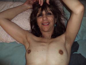 Зрелая худышка светит вагиной и небольшими титьками - фото #2
