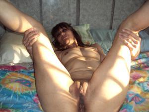 Зрелая худышка светит вагиной и небольшими титьками - фото #20