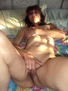 Зрелая худышка светит вагиной и небольшими титьками - фото #21