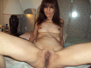 Зрелая худышка светит вагиной и небольшими титьками - фото #23