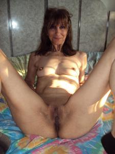 Зрелая худышка светит вагиной и небольшими титьками - фото #27