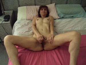 Зрелая худышка светит вагиной и небольшими титьками - фото #3