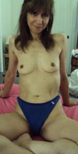 Зрелая худышка светит вагиной и небольшими титьками - фото #33