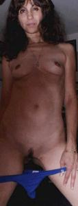 Зрелая худышка светит вагиной и небольшими титьками - фото #36