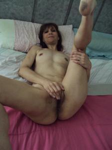 Зрелая худышка светит вагиной и небольшими титьками - фото #4