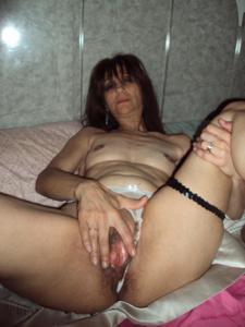 Зрелая худышка светит вагиной и небольшими титьками - фото #40