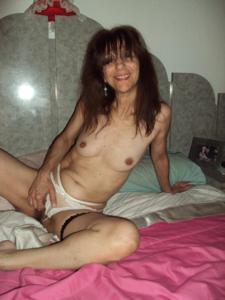 Зрелая худышка светит вагиной и небольшими титьками - фото #45