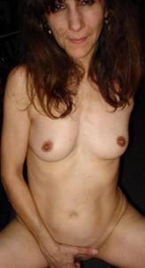 Зрелая худышка светит вагиной и небольшими титьками - фото #46