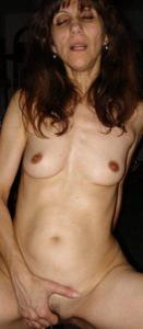 Зрелая худышка светит вагиной и небольшими титьками - фото #47