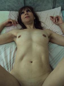 Зрелая худышка светит вагиной и небольшими титьками - фото #5