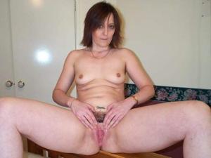 Зрелая женщина показывает мохнатку раздвигая ноги - фото #3