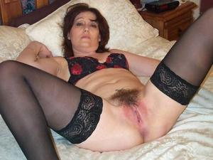 Зрелая женщина показывает мохнатку раздвигая ноги - фото #4