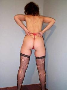 Зрелая женщина показывает мохнатку раздвигая ноги - фото #6
