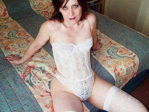 Зрелая женщина показывает мохнатку раздвигая ноги - фото #8