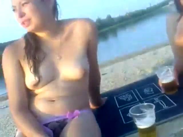 Две русские би телки и парень на пляже