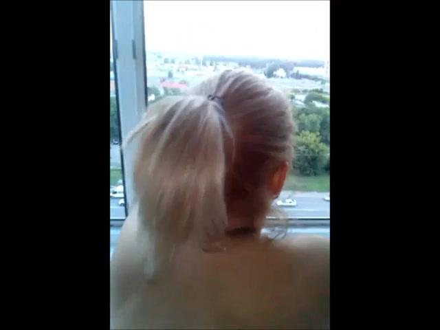 Прет у окна блондинку с пробкой в жопе