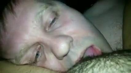 Пьяный мужик лижет волосатую