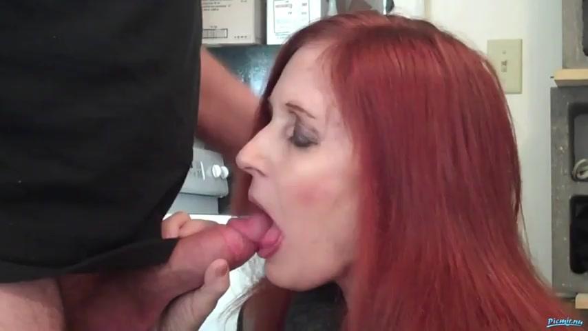 Кончил в рот красивой рыжей женщине