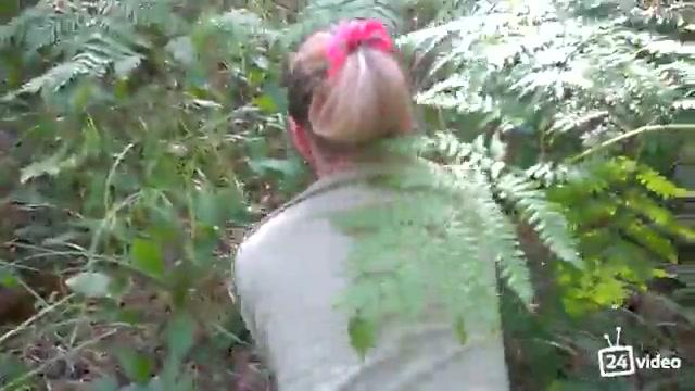 Русские грибники ебутся в позе догги стайл в болотных лесах