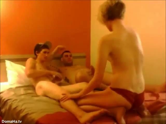 Лихие парни раскатали худую девку в два хуя